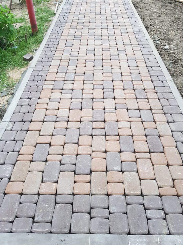 Тротуар сделанный из брусчатки во Владимире