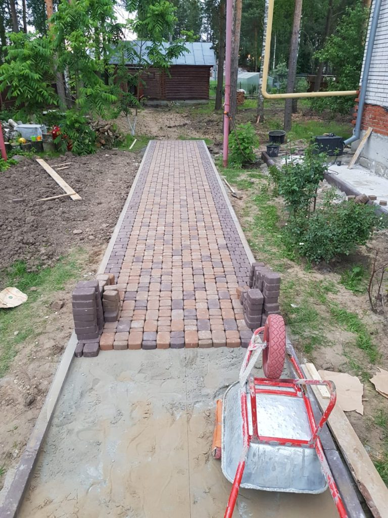 Дорожка на даче с применением тротуарной плитки